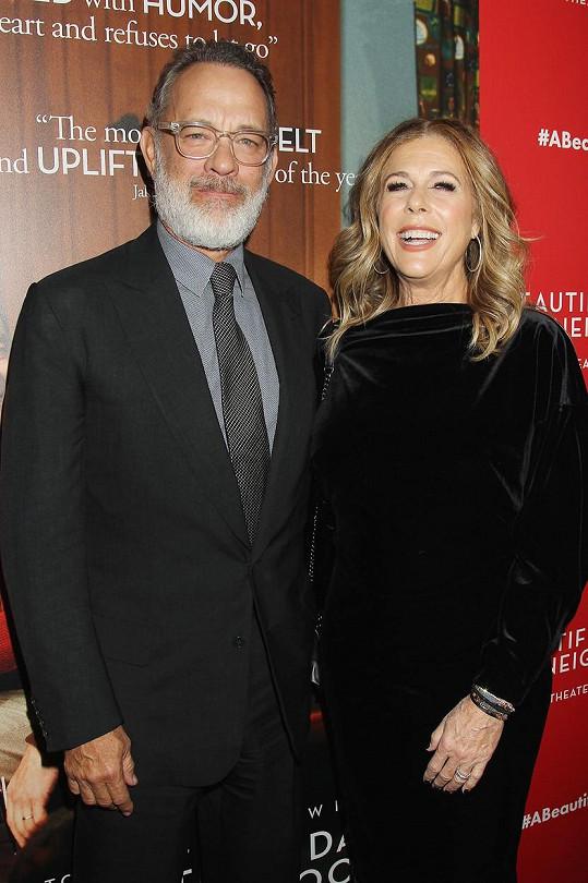Tom Hanks dorazil s manželkou Ritou Wilson po boku na premiéru filmu A Beautiful Day in the Neighborhood.