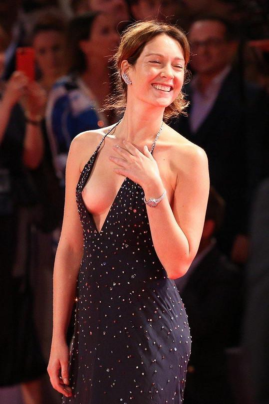Na filmovém festivalu v Benátkách ji zradil dekolt.