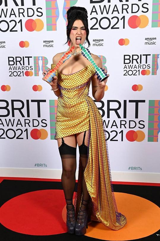 Dua Lipa dorazila na BRIT Awards v pěkně odvážném modelu.