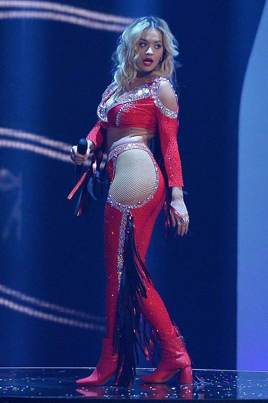 Vystoupila v rajcovním kostýmu.