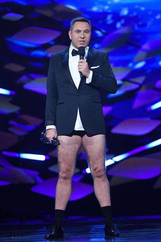 David Walliams je komik tělem i duší, bez kalhot moderoval jedno britské udílení cen.