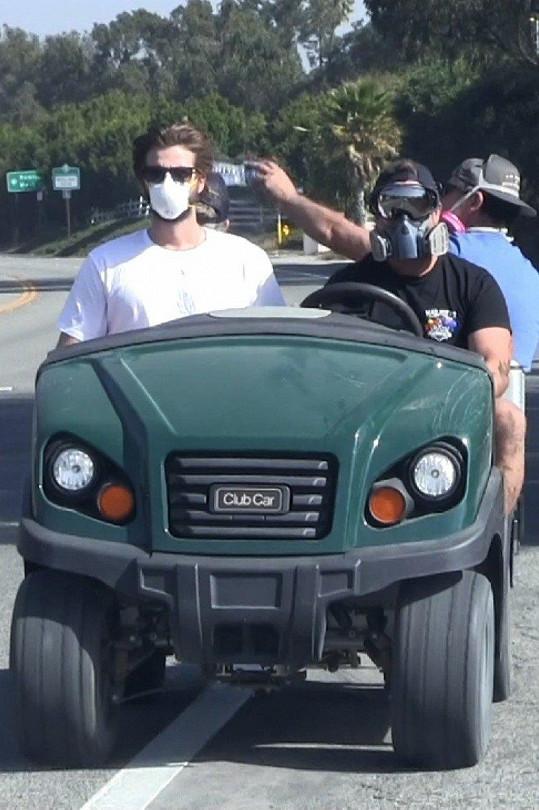 Hemsworth se vrátil k ruinám jejich domu.