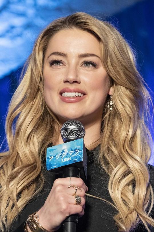 Tu následovala herečka Amber Heard.