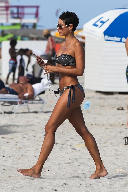 Na pláži předvedla pevné sexy tělo.