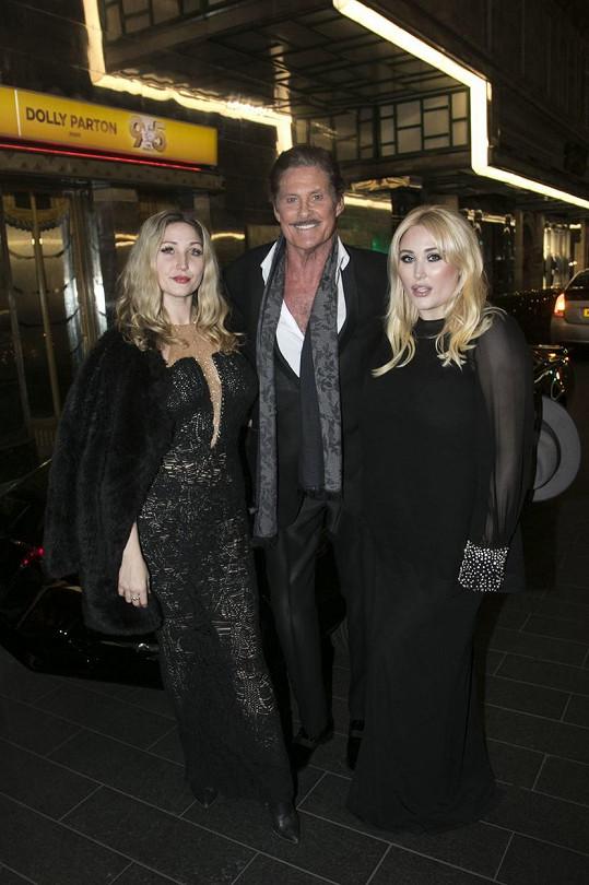 Hayley (vpravo) s otcem Davidem a starší sestrou Taylor