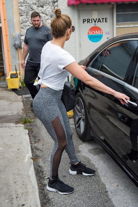 Zpěvačka Jennifer Lopez vyrazila do posilovny v Miami potrápit svůj pověstný zadeček.