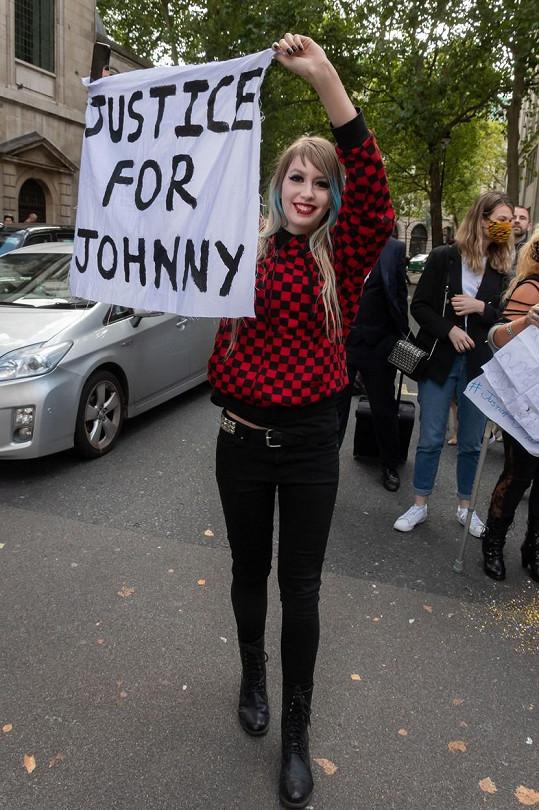 """""""Spravedlnost pro Johnnyho"""" stálo na plakátech."""