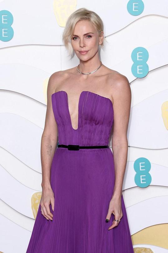 Charlize Theron byla na udílení Filmových cen Britské akademie nepřehlédnutelná.