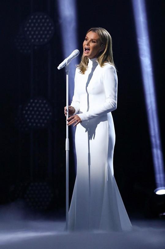V sobotním dílu zpěvačka vystoupila v bílé róbě ke krku a s dlouhými rukávy.