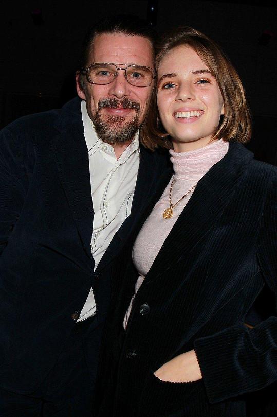 Maya s otcem, hercem Ethanem Hawkem