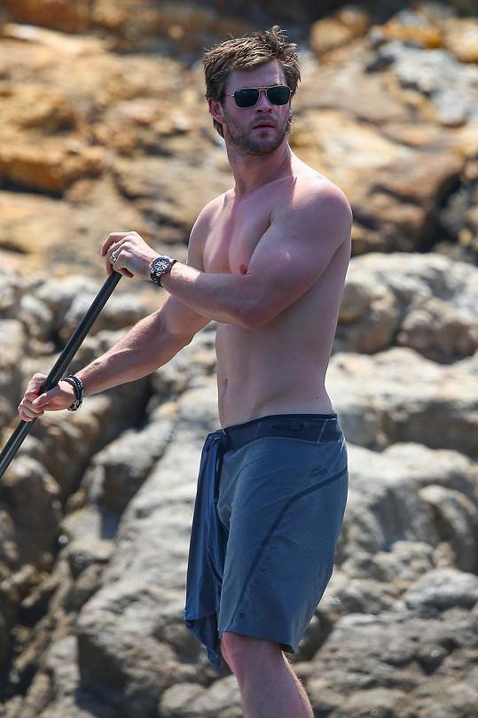 Chris Hemsworth předvedl své svaly.