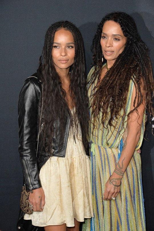 Dcera Zoe (vlevo) jako by matce z oka vypadla.