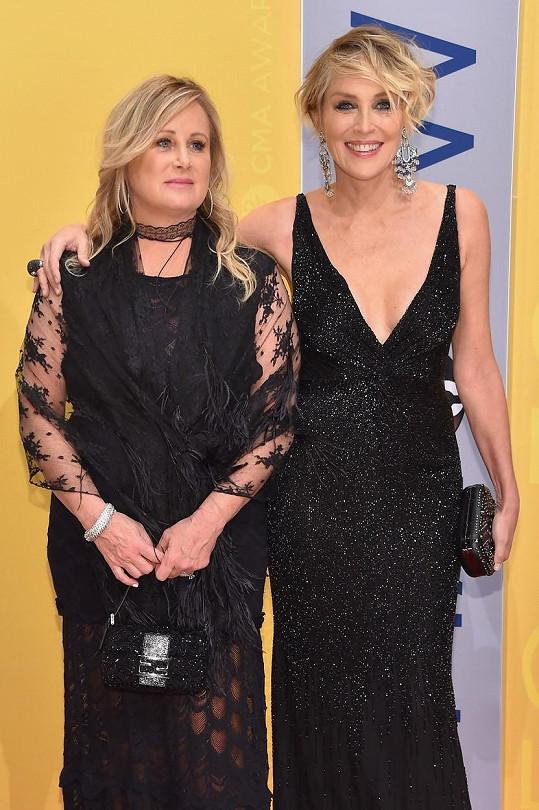 Sharon Stone s mladší sestrou Kelly.