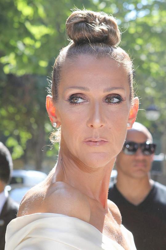 Céline ráda nosila své vlasy svázané a vyčesané do drdolu.