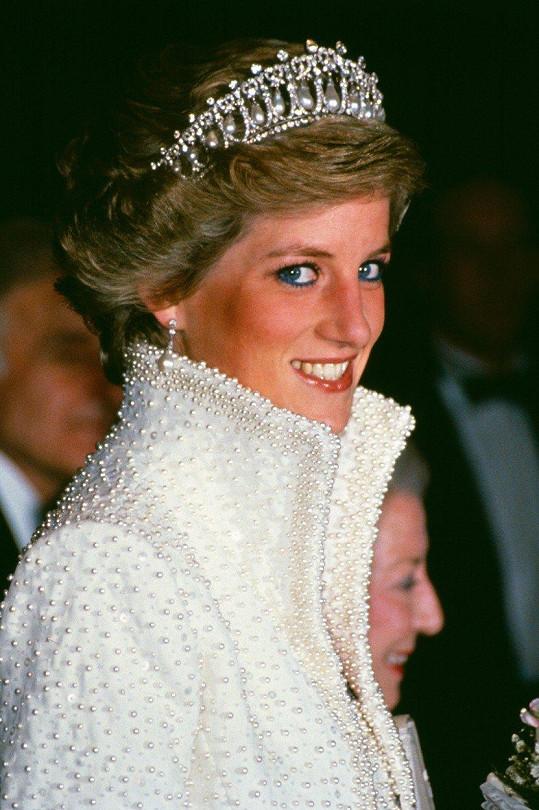 Tiáru s diamanty a perlami nesoucí název Cambridge Lover's Knot Tiara dostala Diana jako svatební dar od královny Alžběty II. v roce 1981.