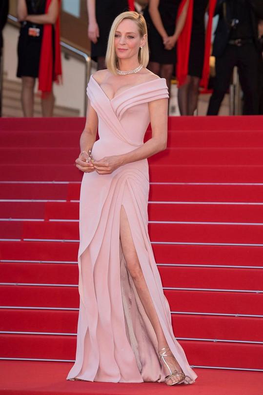 Ve svých šatech starrůžové barvy a jednoduchého stylu byla fascinující.