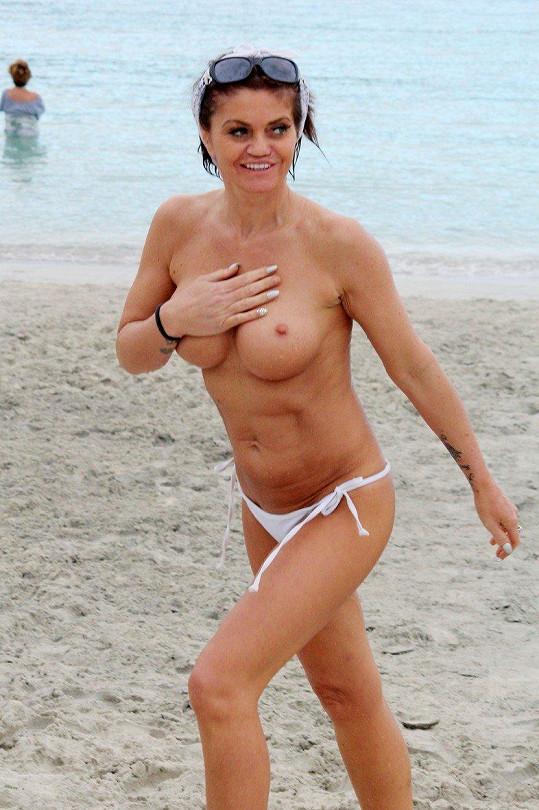 Danniella Westbrook ukázala prsa.