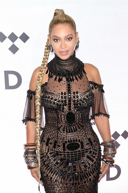 Beyoncé ví, jak na sebe upozornit.