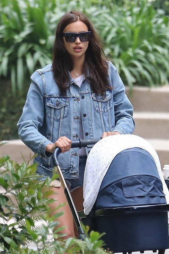 Irina Shayk má dítě s Bradleym Cooperem. Ovšem nechlubí se jím na internetu.