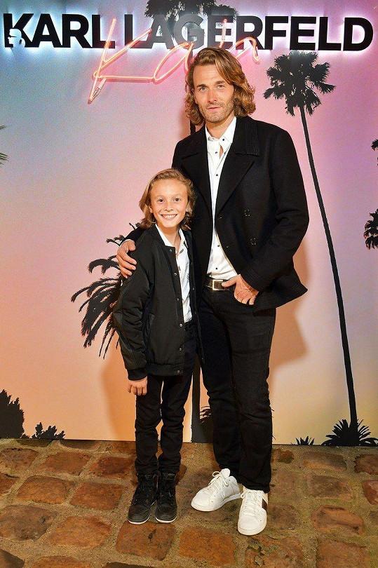 Hudson s otcem, modelem a Lagerfeldovým přítelem Bradem Kroenigem