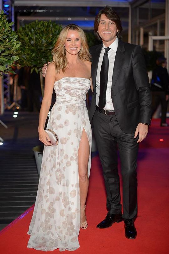 S manželem Chrisem Hughesem, který nechává všechny stížnosti na dovolených na Amandě.
