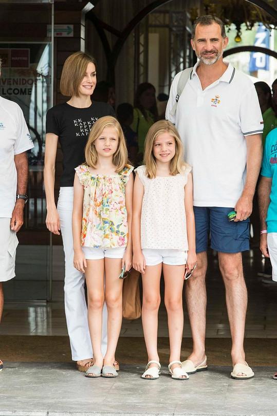 Leonor a Infantka Sofía s rodiči na dovolené