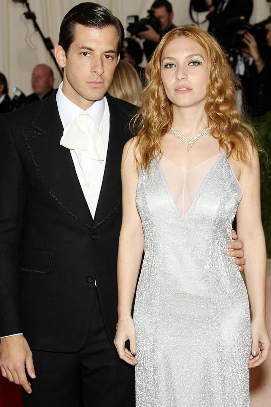 Mark Ronson byl už jednou ženatý s herečkou Joséphine de La Baume. Rozvedení jsou od roku 2018.