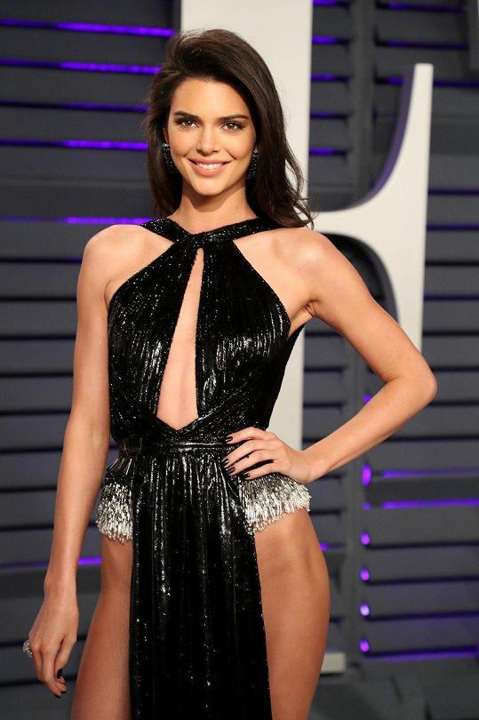 Kendall Jenner se odvážných modelů nebojí.