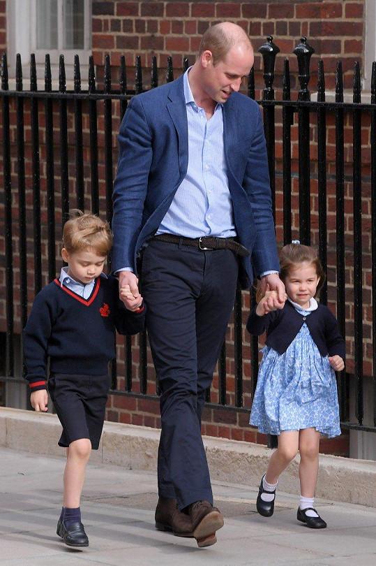 Princ George a princezna Charlotte se v pondělí dočkali bratříčka.