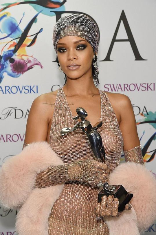 Podobný model vynesla Rihanna v roce 2014 na udílení cen CFDA Fashion Icon Awards.