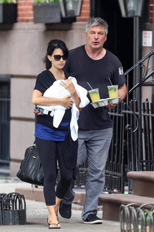 Alec Baldwin vyrazil s rodinkou do ulic New Yorku.