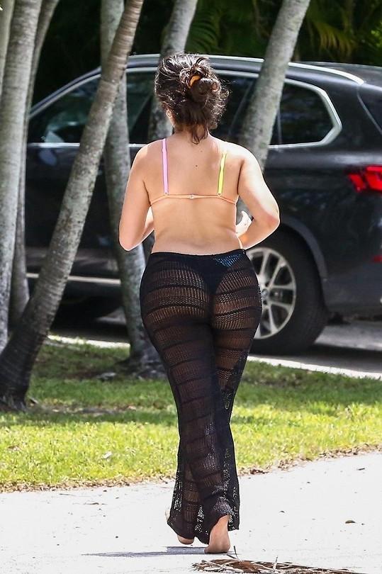 Síťované kalhoty toho moc nezakryly.