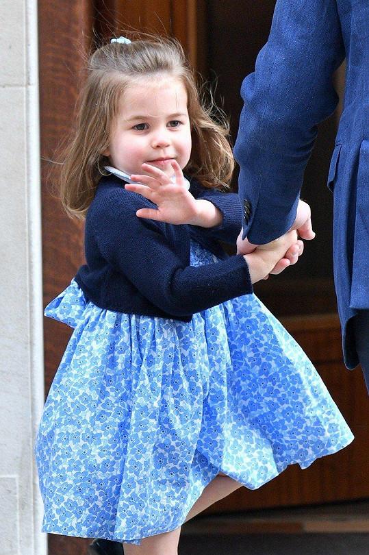 Rozkošná princezna Charlotte přišla sourozence přivítat v modrých květovaných šatech, které se hned staly hitem.