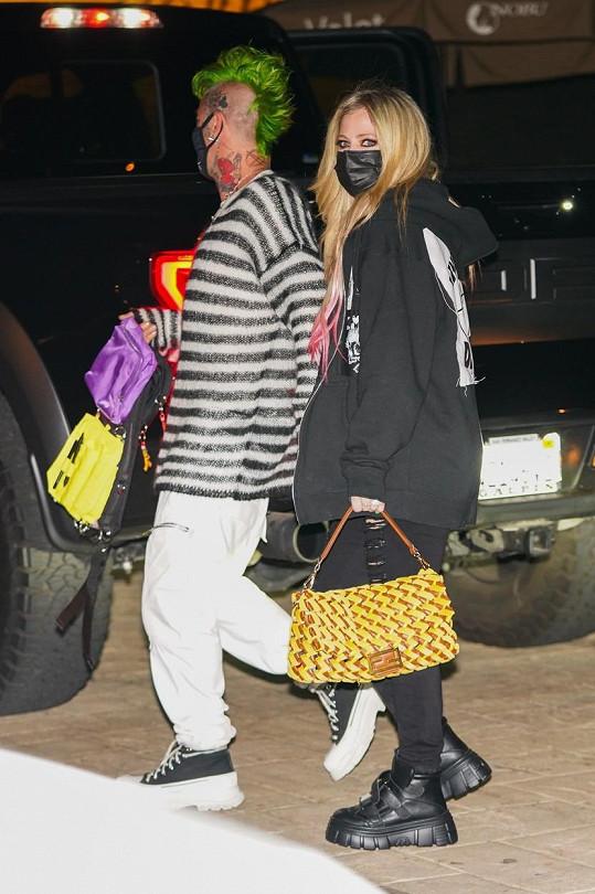 Nedávno také vyrazila s kabelkou Fendi, která stojí přes 200 tisíc korun a zrovna jí k outfitu moc neseděla.