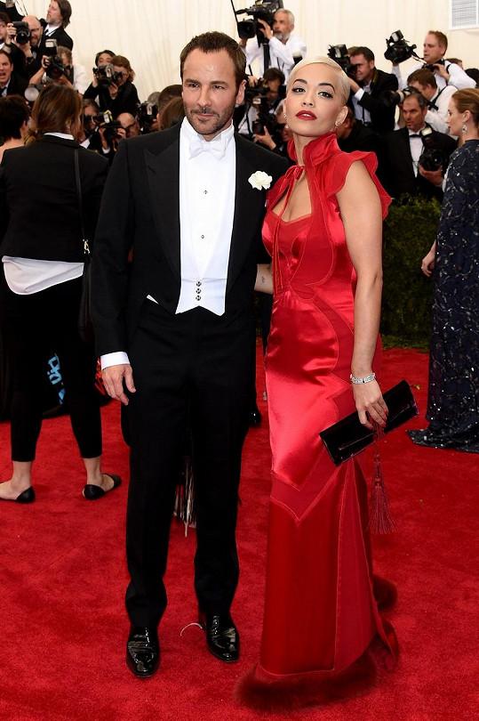Britská zpěvačka Rita Ora dokonale využila inspiraci Čínou. Návrhář Tom Ford ji oblékl do rudých šatů, které byly zjevně inspirované tradičními čínskými šaty Cheongsam.