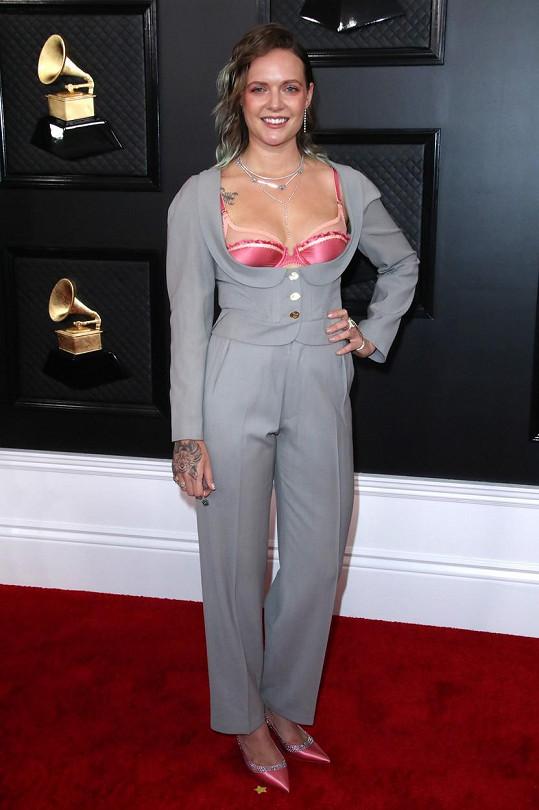 Dobrý den, prsa ven. To se nejspíš honilo v hlavě zpěvačce Tove Lo, když oblékala tento kostým s vysokým živůtkem, zpod kterého lascivně vykukovala levně vyhlížející podprsenka.