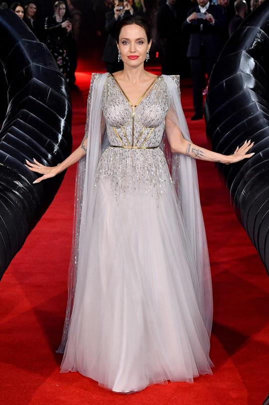 Angelina Jolie v Londýně zářila v bílém.