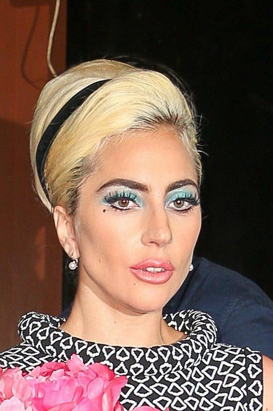 Spát v jedné posteli s Lady Gaga měla její asistentka za trest.