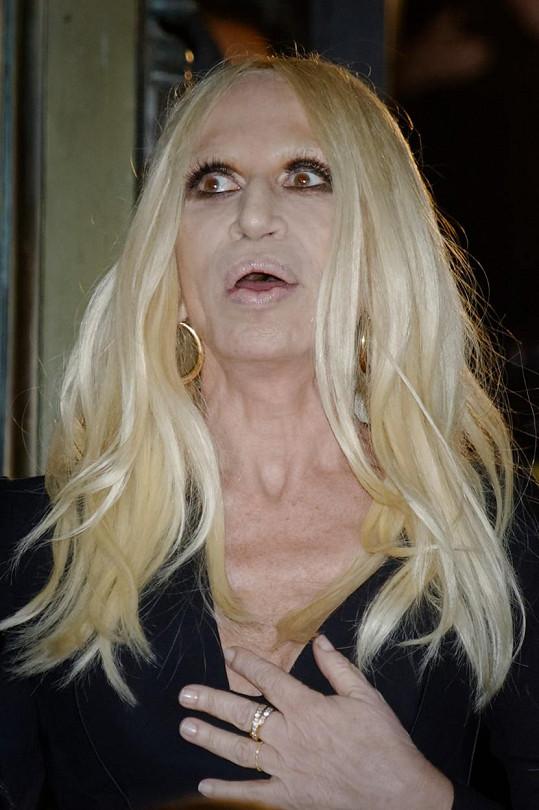 Donatella Versace si z nepochopitelných důvodů libuje v mrtvolném líčení.