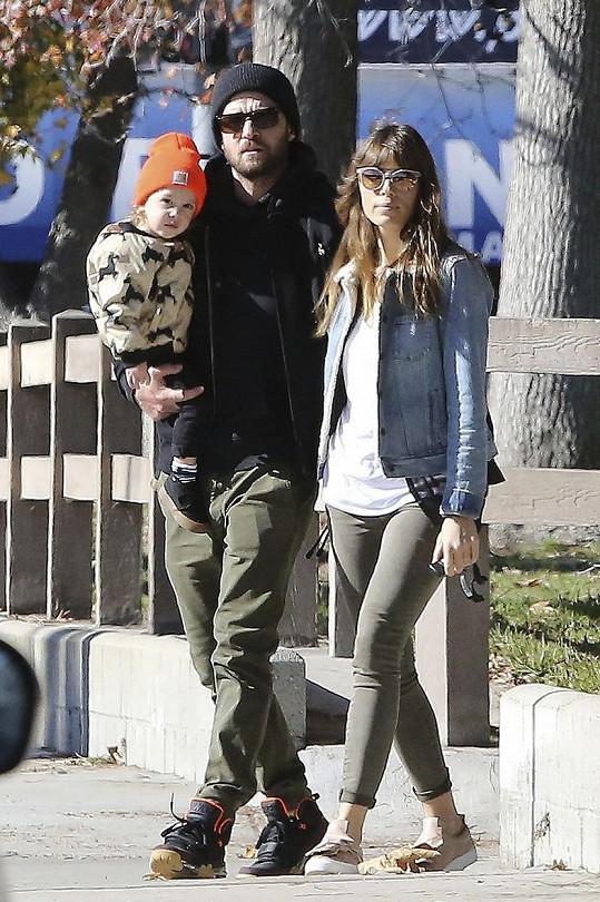 Justin Timberlake, Jessica Biel a jejich syn jako spokojená rodinka na procházce