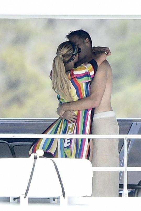 Nyní si užívají romantickou dovolenou na jachtě v Itálii.