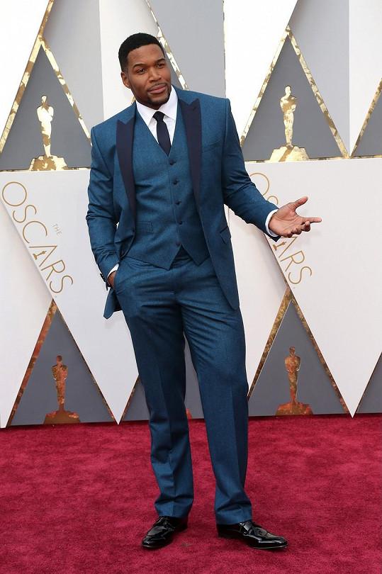 Dress code na Oscarech nedává příliš prostoru chybovat. Přesto se najdou experimentátoři, jako třeba Michael Strahan, kteří namísto doporučené černé, nebo maximálně námořnické modré provokují výraznými barvami. Hráč amerického fotbalu to úplně zazdil dlouhými nohavicemi a kravatou místo motýlka.