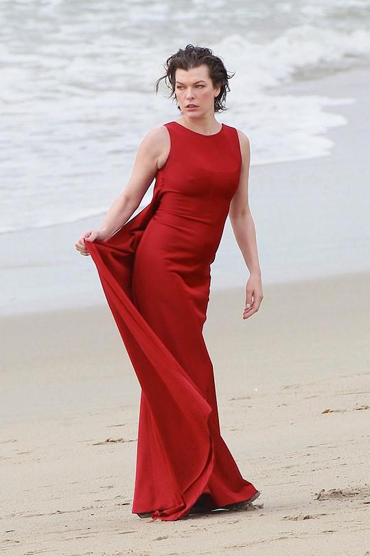Milla Jovovich i v takovém počasí udržela profesionální výraz.