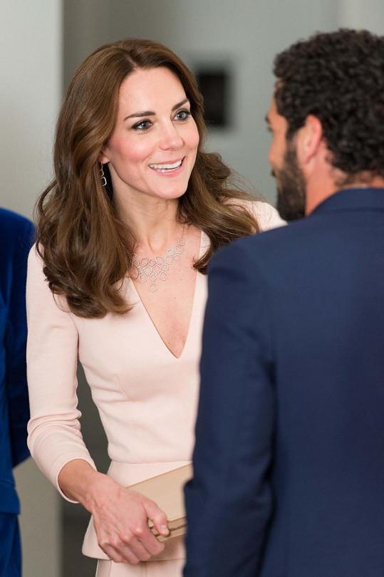 Na výstavu k výročí magazínu Vogue dorazila Catherine s neobyčejně hlubokým výstřihem.