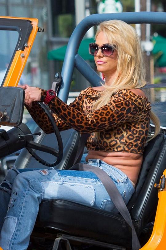 Britney bude v klipu také řídit žlutý jeep.