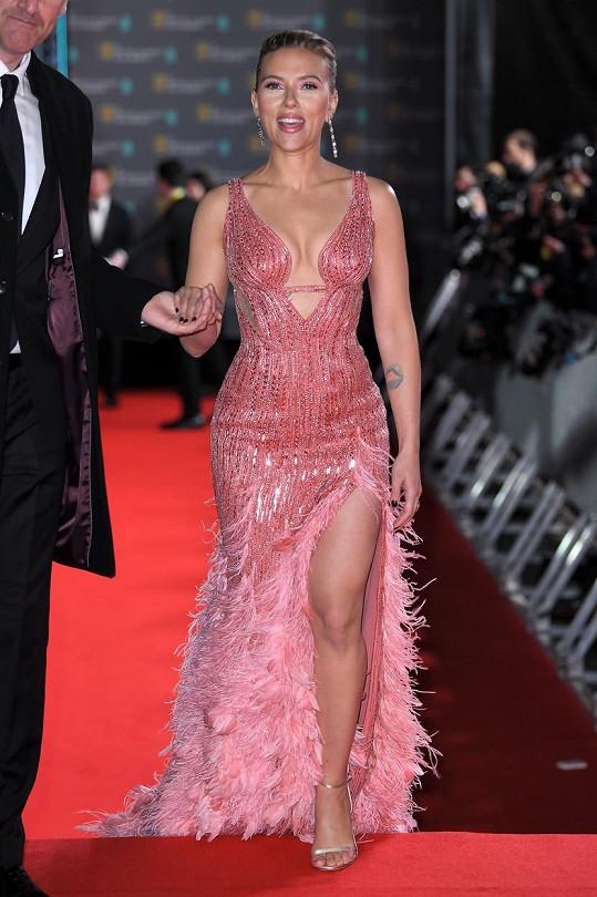 Scarlett Johansson dorazila na předávání cen v nádherné róbě.