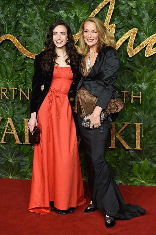 Na akci dorazila i modelčina matka Jerry Hall a sestra Elizabeth.