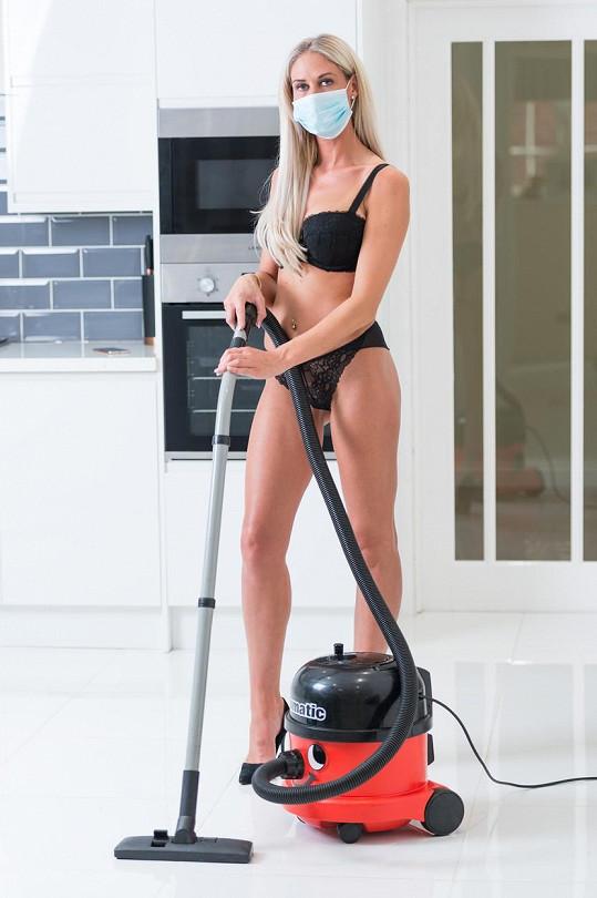 Nikki Belton s rouškou během úklidu