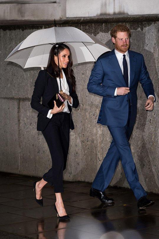 Princ Harry se snoubenkou Meghan při příchodu do londýnské Goldsmiths´ Hall
