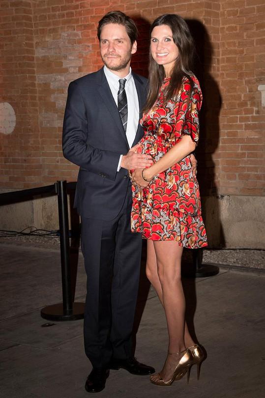 Herec se na festivalu v Benátkách pochlubil těhotnou přítelkyní.